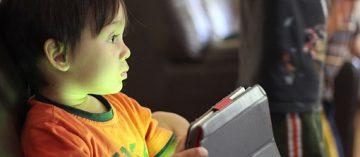 Opožděný vývoj u dětí nezpůsobují obrazovky, ale nezájem rodičů